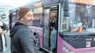 Cem Yılmaz otobüs durağında ne yapıyor?