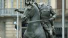 Başı kesilmiş asker heykeline büyük tepki