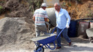 Belediye Başkanı, yol yapımında işçi gibi çalışıyor