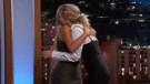 Jennifer Lawrence'ın Kim Kardashian'a samimiyetsiz sarılışı