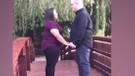Evlilik teklifi yaparken yüzüğü nehre düşüren talihsiz adam