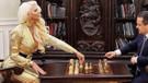 Jelena Yengeden hayranlarını ters köşeye yatıran satranç pozu