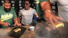 Nusret eti altınla kapladı, DJ Khaled kendi elleriyle kesti