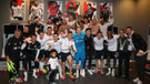 Beşiktaşlı futbolculardan derbi sonrası zafer pozu