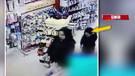 Kadın iç çamaşırı mağazasında hırsızlık yaptı, çocuğu böyle utandı!