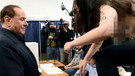 Berlusconi üstsüz Femen kızını karşısında görünce...
