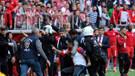 Taraftarlar birbirine girdi, futbolcular hakem odasını bastı!