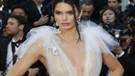 Kendall Jenner transparan elbisesiyle Cannes'a damga vurdu!