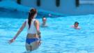 Antalya'da sıcaklık 32 dereceyi geçti, tatilciler havuza koştu