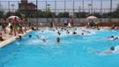 Termometreler 61 dereceyi gösterdi, serinlemek için havuzlarda kuyruklar oluştu
