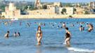 Mersin'de sahiller dolup taştı cadde ve sokaklar boş kaldı
