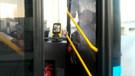 Elden ele yolladığı Akbil kartı geri gelmeyince otobüsün camlarını kırdı