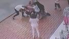 Tuhaf olay: Yolda karşılaşan iki kadın önce öpüştü sonra tekme tokat kavga etti