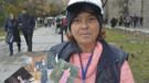 Eski şarkıcı, Milli Piyango bileti satıyor