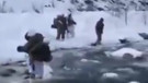 Operasyona çıkan komandolar buz tutan dereden geçti