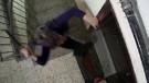 Komşusuna kızan kadın, kapısına satır ve bıçakla saldırdı