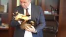 Mansur Yavaş kedisi Khaleesi ile kamera karşısında: Hizmet aşkından ağzımın şoriği aktı!
