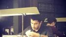 Kenan İmirzalıoğlu kütüphanede! Bakın ne okuyor!