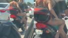 Motosikletin arkasındaki genç kız bacaklarını traş etti, trafik sıkıştı