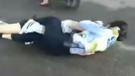 Kadın polisin motosikletli kadınla saç saça kavgası