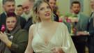 Güzel oyuncu Eda Ece derin dekolteli kıyafetleriyle Yasak Elma'yı sallıyor