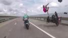 Arkadaşının motosiklette tehlikeli sürüşünü izlerken kendi kaza yaptı