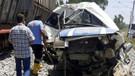 Mersin'de tren minibüse çarptı: Ölü ve yaralılar var