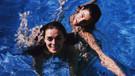 Özge Özpirinçci ile Berrak Tüzünataç'ın havuz keyfi!