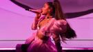 Ariana Grande'nin yalayıp fırlattığı lolipop 50 bin dolara satışa çıktı!