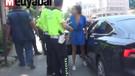 Lüks otomobilden inen genç kadın polisleri çıldırttı