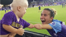 Tek elleri olmayan futbolcu ve sevimli bebeğin selamlaşması viral oldu!