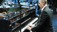 Putin piyano çaldı, Sharon Stone ve Monica Belluci dinledi!