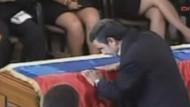 Ahmedinejad Chavez'in cenazesini böyle öptü!
