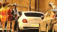 Ünlü futbolcu Balotelli üç kızla yakalandı!