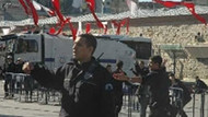 Ünlü gazeteciye Taksim'de şok! Polis sürükleyerek dışarı attı!