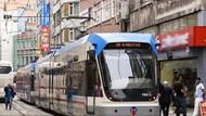 İstanbul'da tramvay yayalara çarptı: 2 öğrenci hayatını kaybetti!