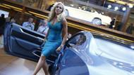 Frankfurt'ta seksi mankenler otomobilleri solladı!