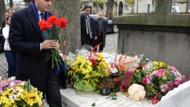 Ömer Çelik, Ahmet Kaya'nın mezarını ziyaret etti!