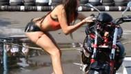 Motosiklet yıkayan seksi kızın iş kazası!