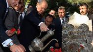 Bahçeli'den Türkeş'in mezarına karanfil ve su!