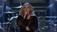Adele'den canlı Water Under the Bridge performansı