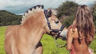 At binicileri, trafikte dikkat çekmek için soyundu!
