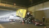 Tır köprüye takıldı, taşıdığı araçlar yola düştü