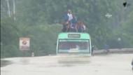 Yolcu otobüsünün sel sularıyla mücadelesi