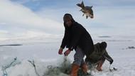 Çıldır Gölü'nün uçan balıkları turistleri şok etti