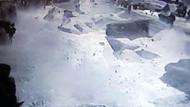 Kadınların üstüne kar tabakası düştü