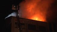Şişli'de korkutan yangın.. İtfaiye erini elektrik çarptı
