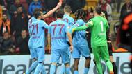 Trabzonsporlu Salih Dursun, hakeme kırmızı kart gösterince..
