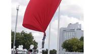 Bayrakla fotoğraf çektirmek isterken havalandı!