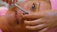 Ünlü sunucu Rachel Hunter, yüzünü usturayla tıraş ettirdi!